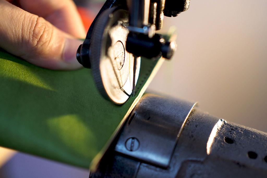 レトロミシンで丁寧に縫い上げる